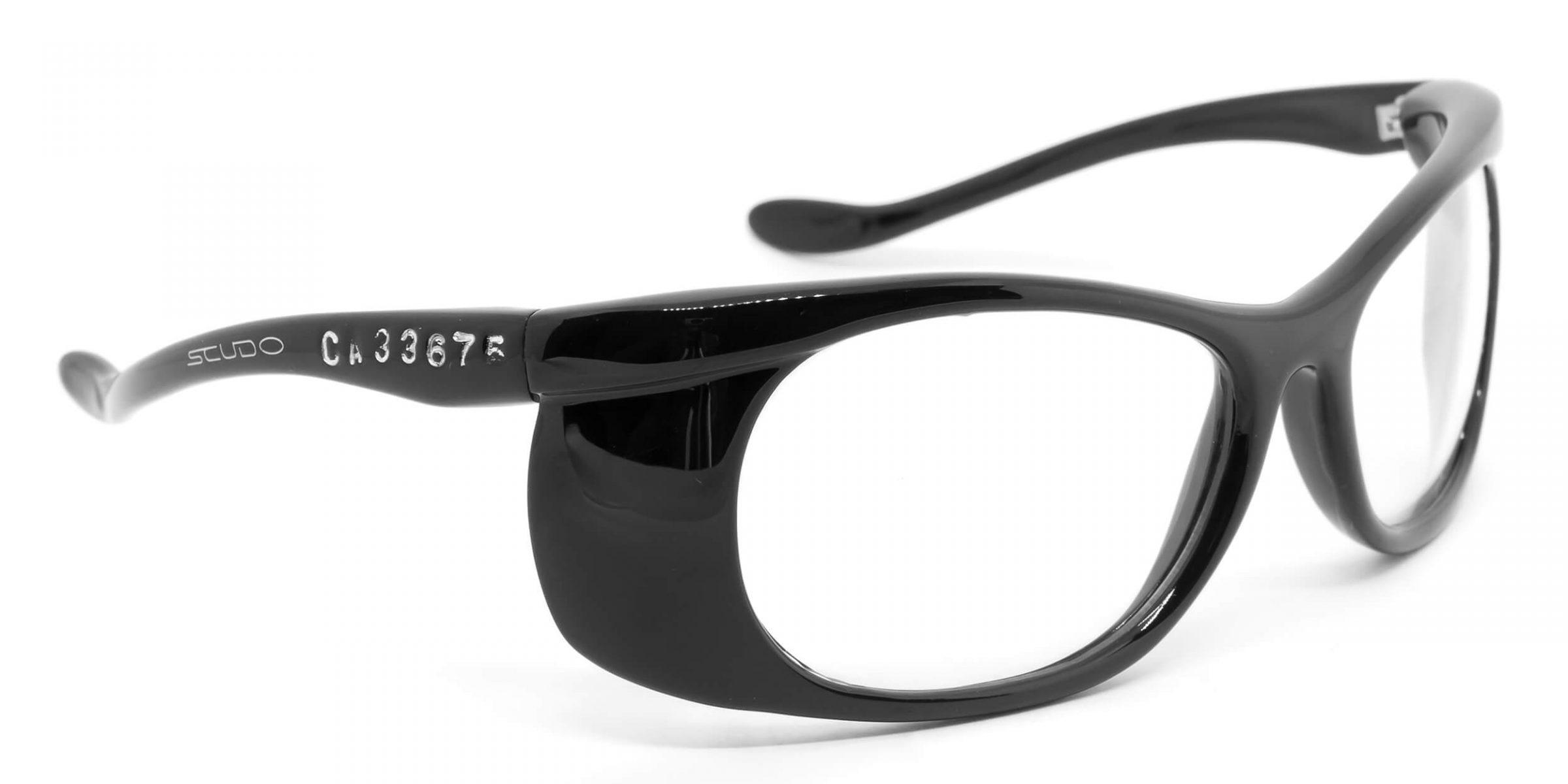 f595d9818 Óculos constituído de armação convencional termoplástico incolor cinza ou  preto, com borda superior côncava, hastes tipo espátula articuladas na  armação.